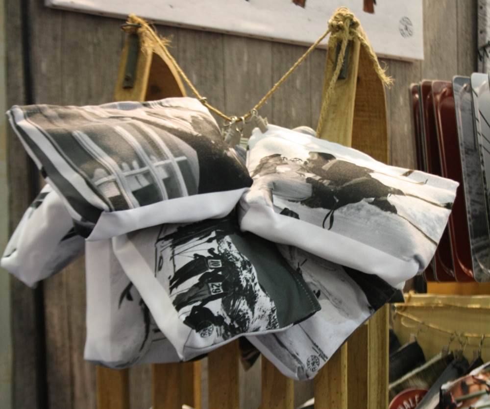D coration montagne coussins tableaux pochettes trousses for Decoration montagne